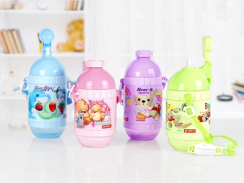botol minum anak warna warni diatas meja